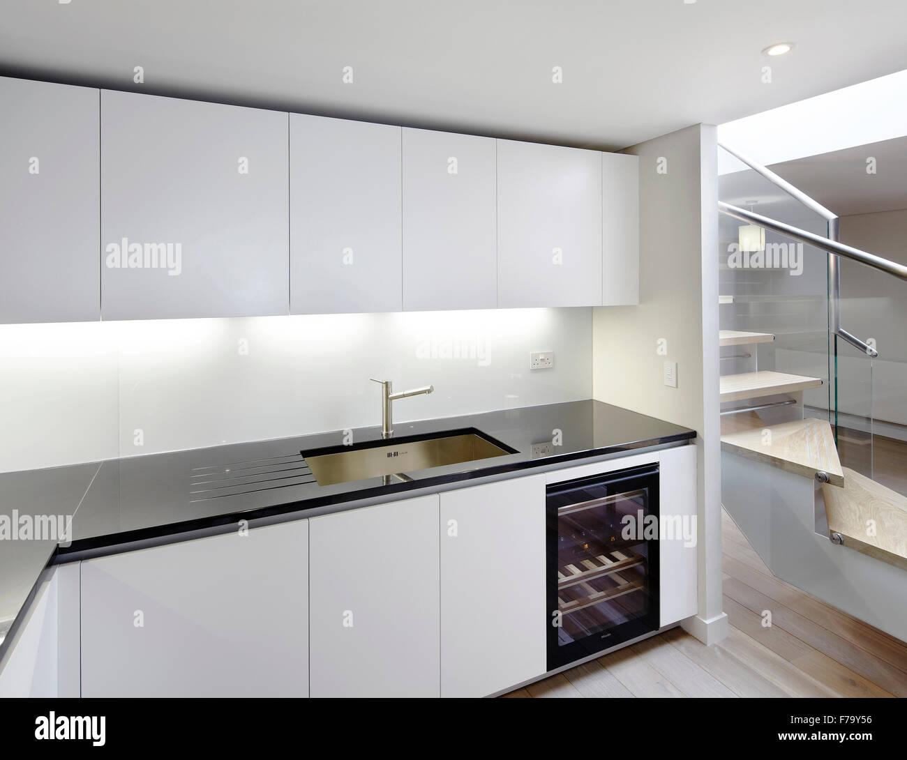 Küche mit modernen Weinkühlschrank in Strata Tower, London ...