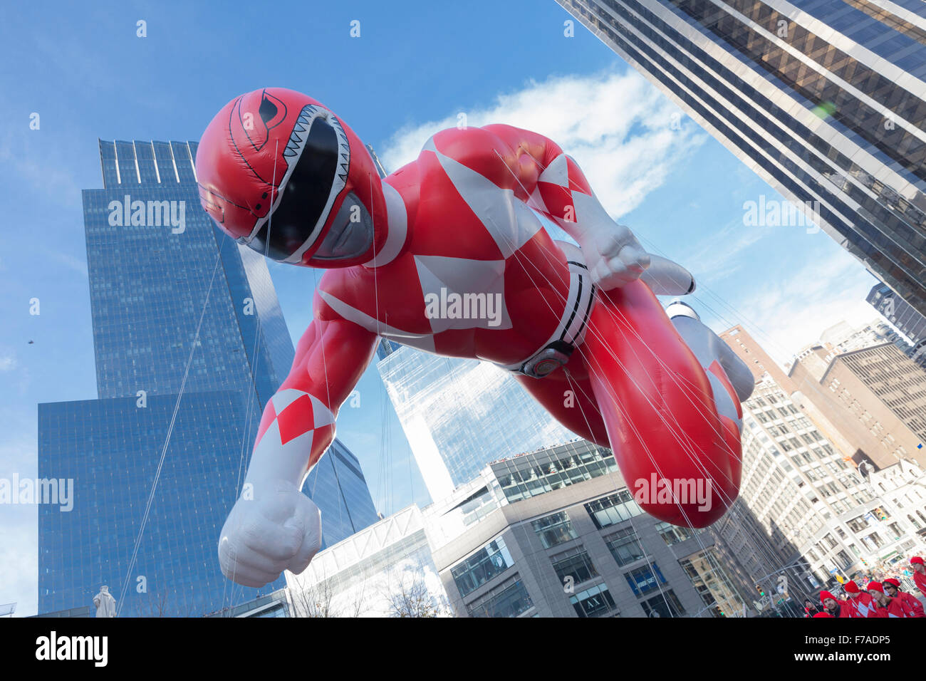 New York, NY USA - 26. November 2015: Giant Red Mighty Morphin Power Ranger Ballon geflogen an der 89. jährlichen Stockbild