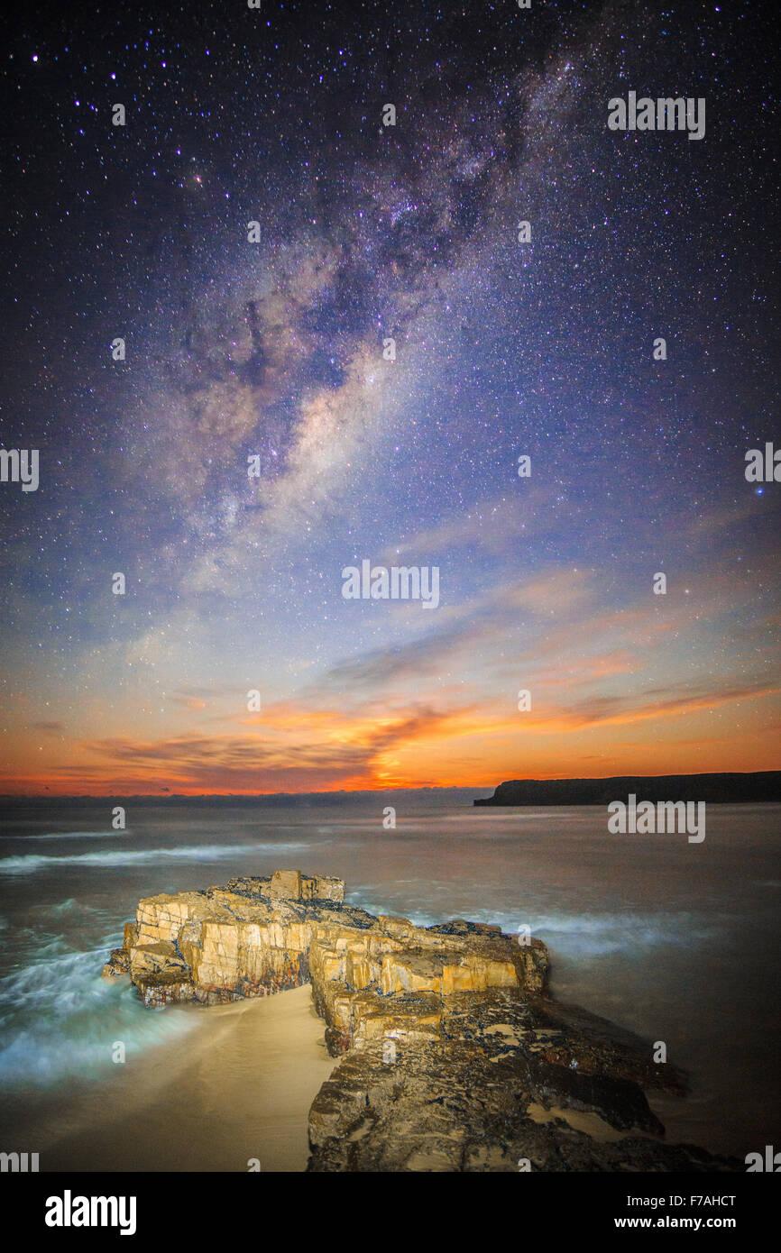 Mondaufgang unter der Milchstraße Stockbild