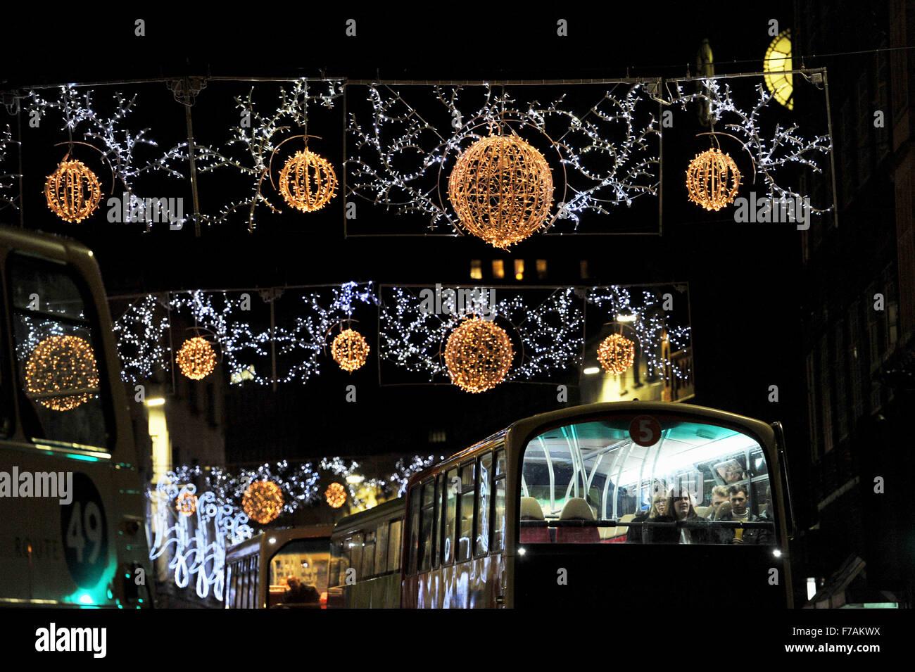 Brighton UK bekommen 27. November 2015 - Passagiere auf diesem Bus eine Nahaufnahme vom oberen Deck der Weihnachtsbeleuchtung Stockfoto