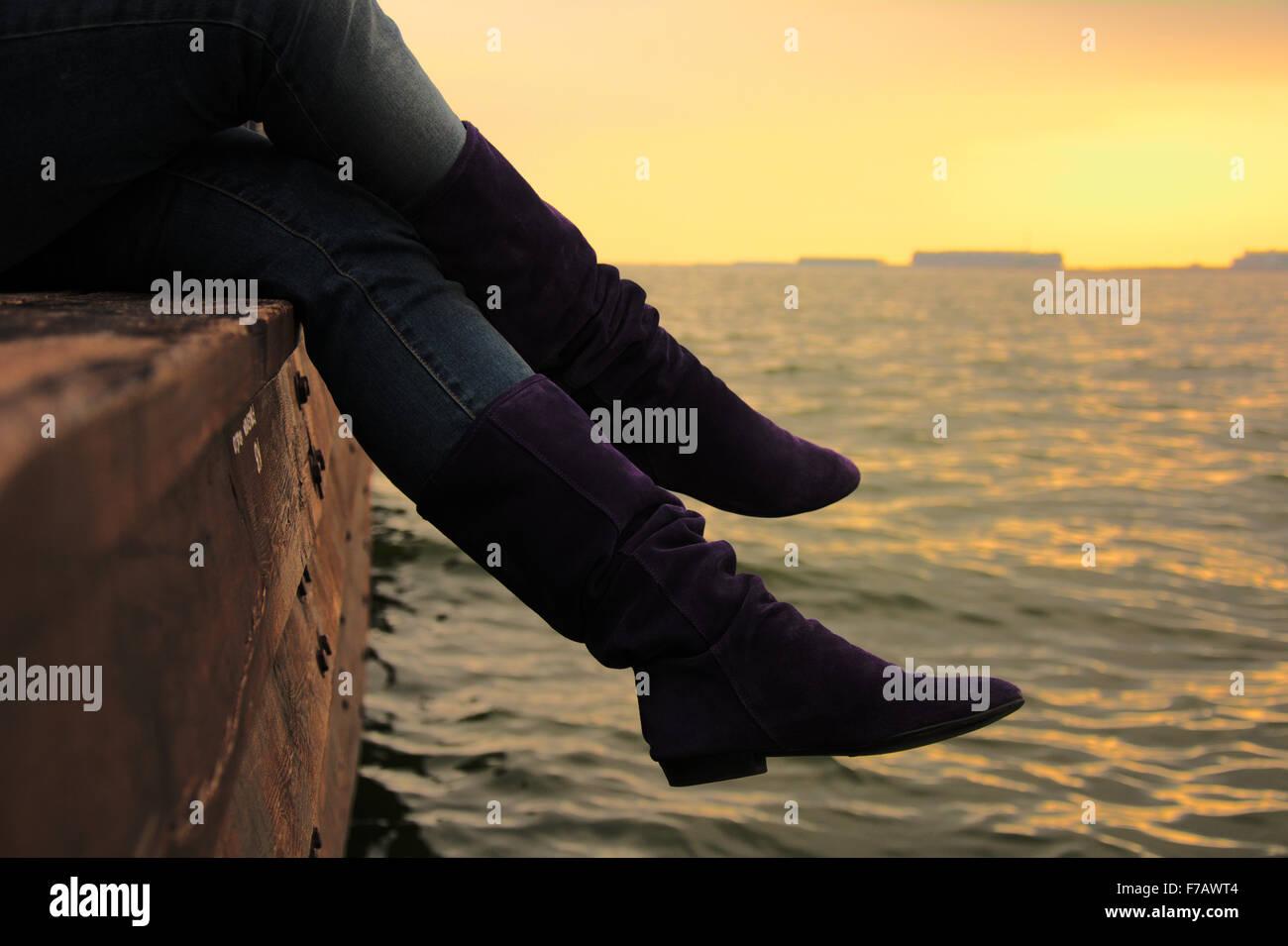 Lila Wildlederstiefel über das Kaspische Meer bei Sonnenuntergang Stockbild
