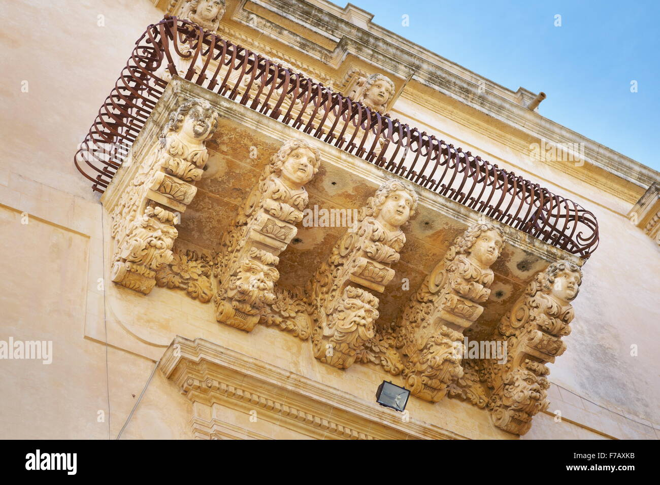 Barocke Details der Balkon im Palazzo Villadorata (Palazzo Nicolaci), alte Stadt Noto, Sizilien, Italien-UNESCO Stockbild