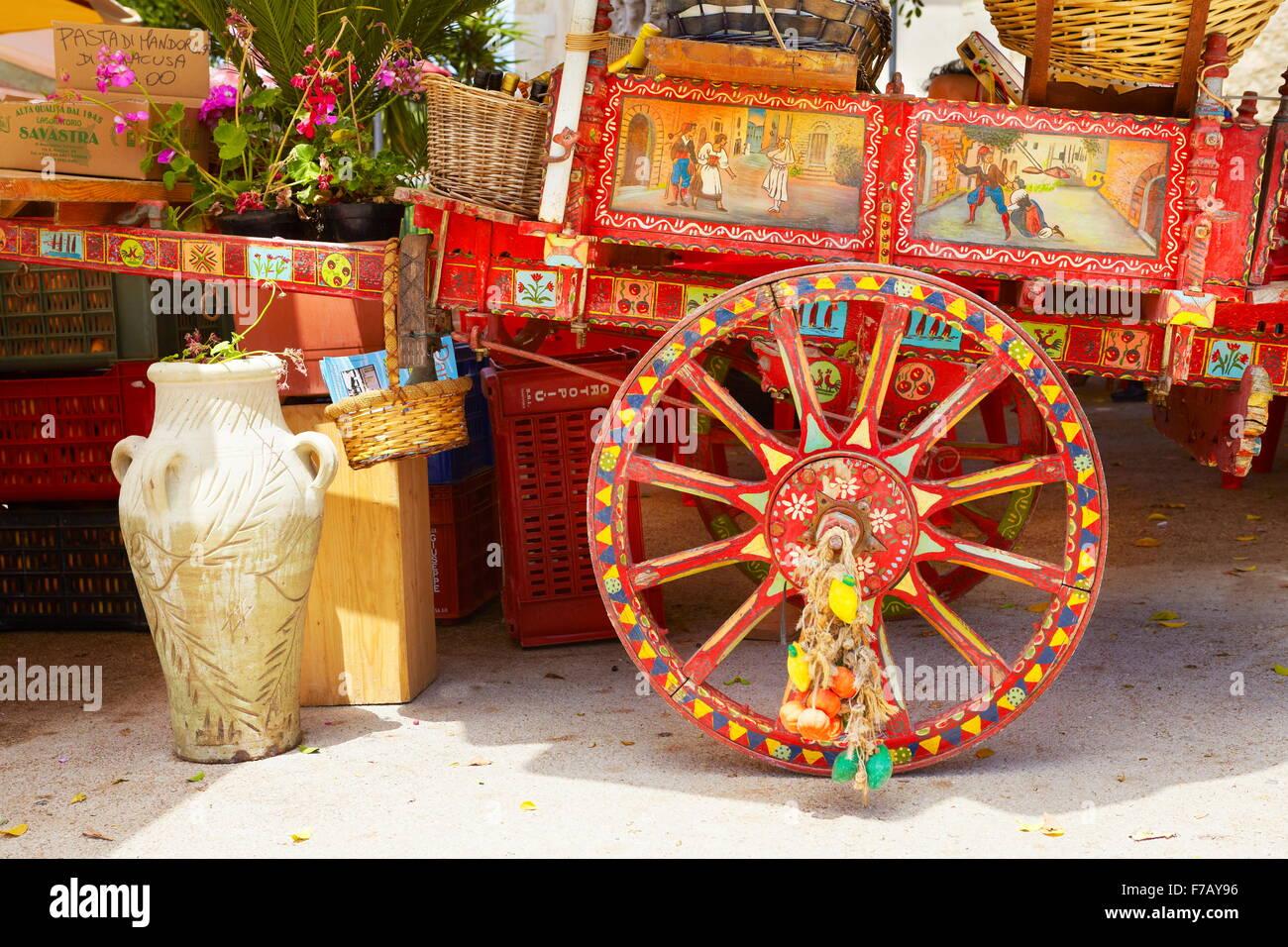 Bunt dekorierte Wagen, traditionelle sizilianische ländliche Pferdekutsche, Straßendekoration, Insel Sizilien, Stockbild