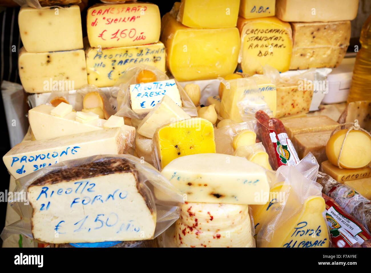 Sizilianischen Käse - viele traditionelle sizilianische Käsesorten, Lebensmittelmarkt von Ortigia, Syrakus, Stockbild