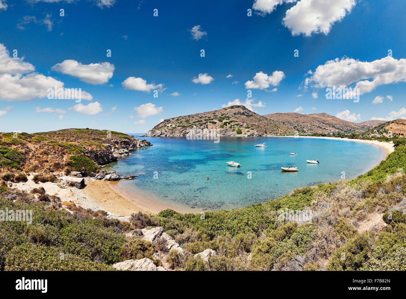 Die kreisrunden Bucht Fellos Strand in Insel Andros, Griechenland Stockbild