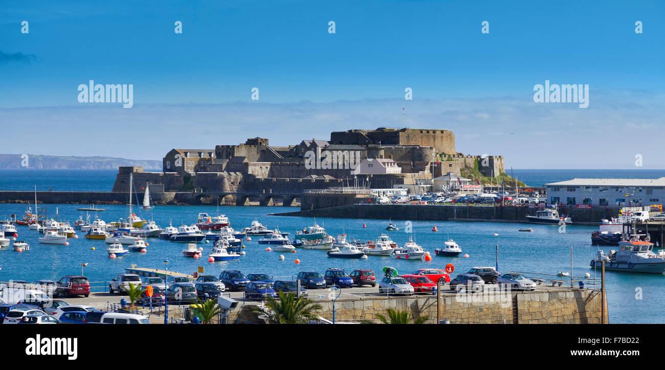 Castle Cornet, Guernsey, St. Peters Port. Gesehen vom Hafen Blick auf das Meer. Stockbild