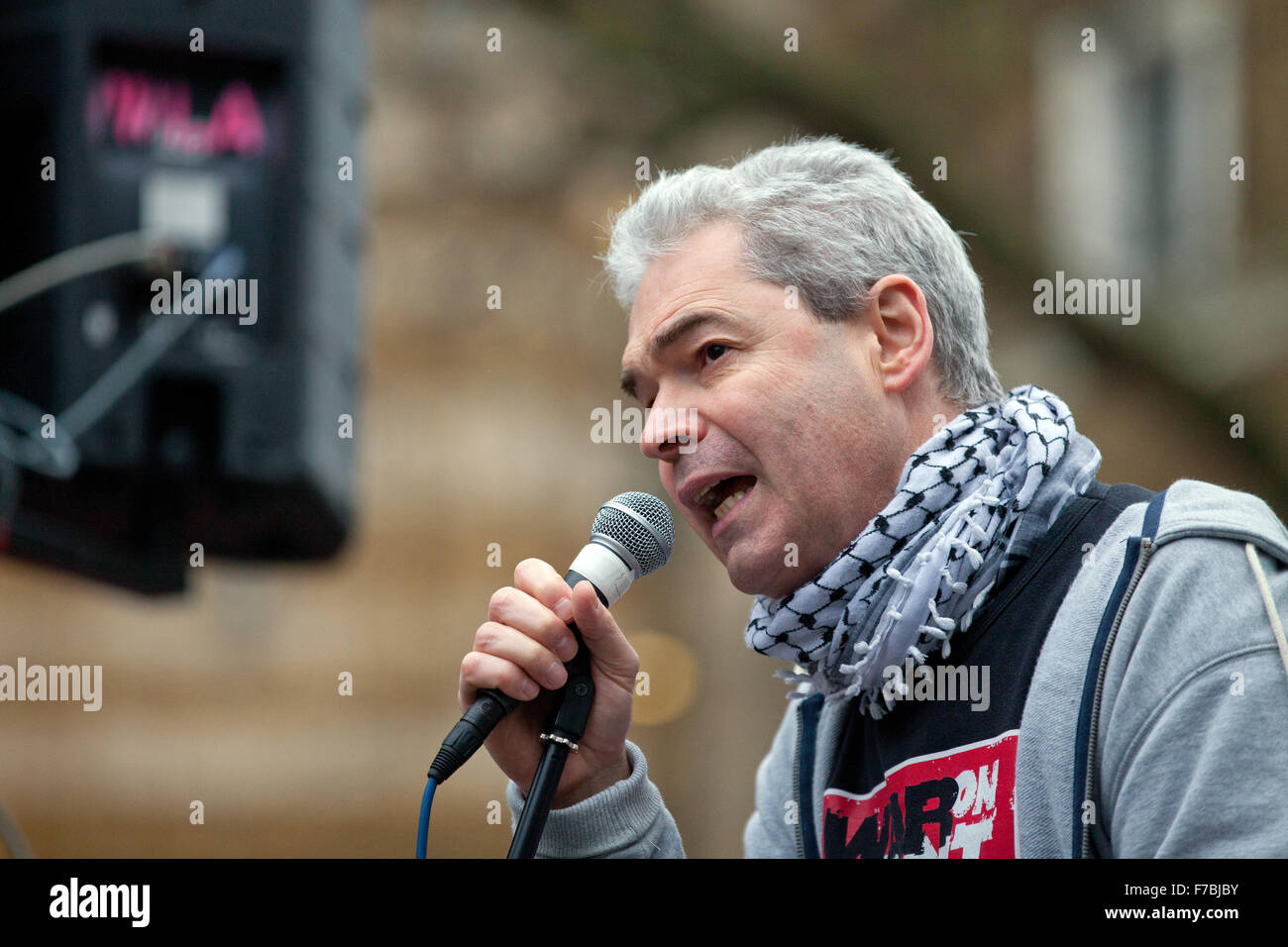 London, UK. 28. November 2015. John Hilary, Executive Director des War on Want, Adressen, die der Protest von organisiert Stockbild