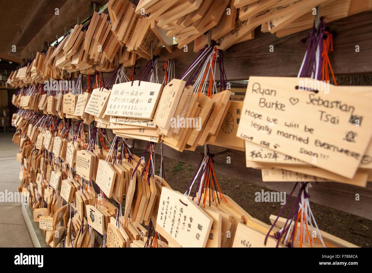 Botschaften der Hoffnung und des Gebetes in der Shinto-Schrein in Tokio Stockbild