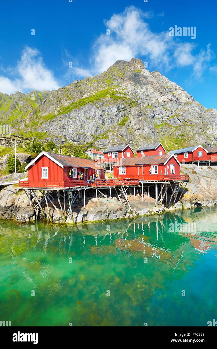 Traditionellen roten Holz Rorbu-Hütten auf Moskenesoya Island, Lofoten Inseln, Norwegen Stockbild