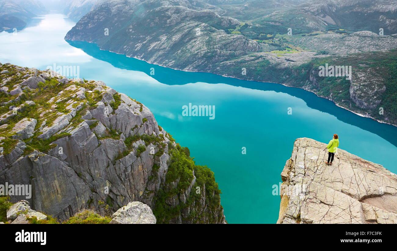 Einzelne Tourist am Lysefjord (nahe Preikestolen), Norwegen Stockbild