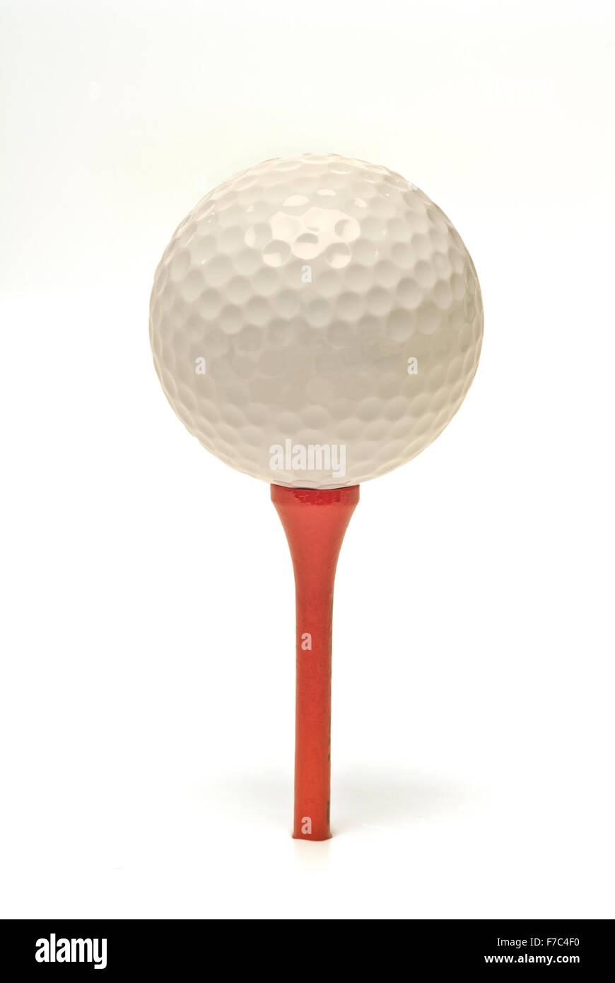 Golfball auf roten Tee, Isolated On White Stockbild