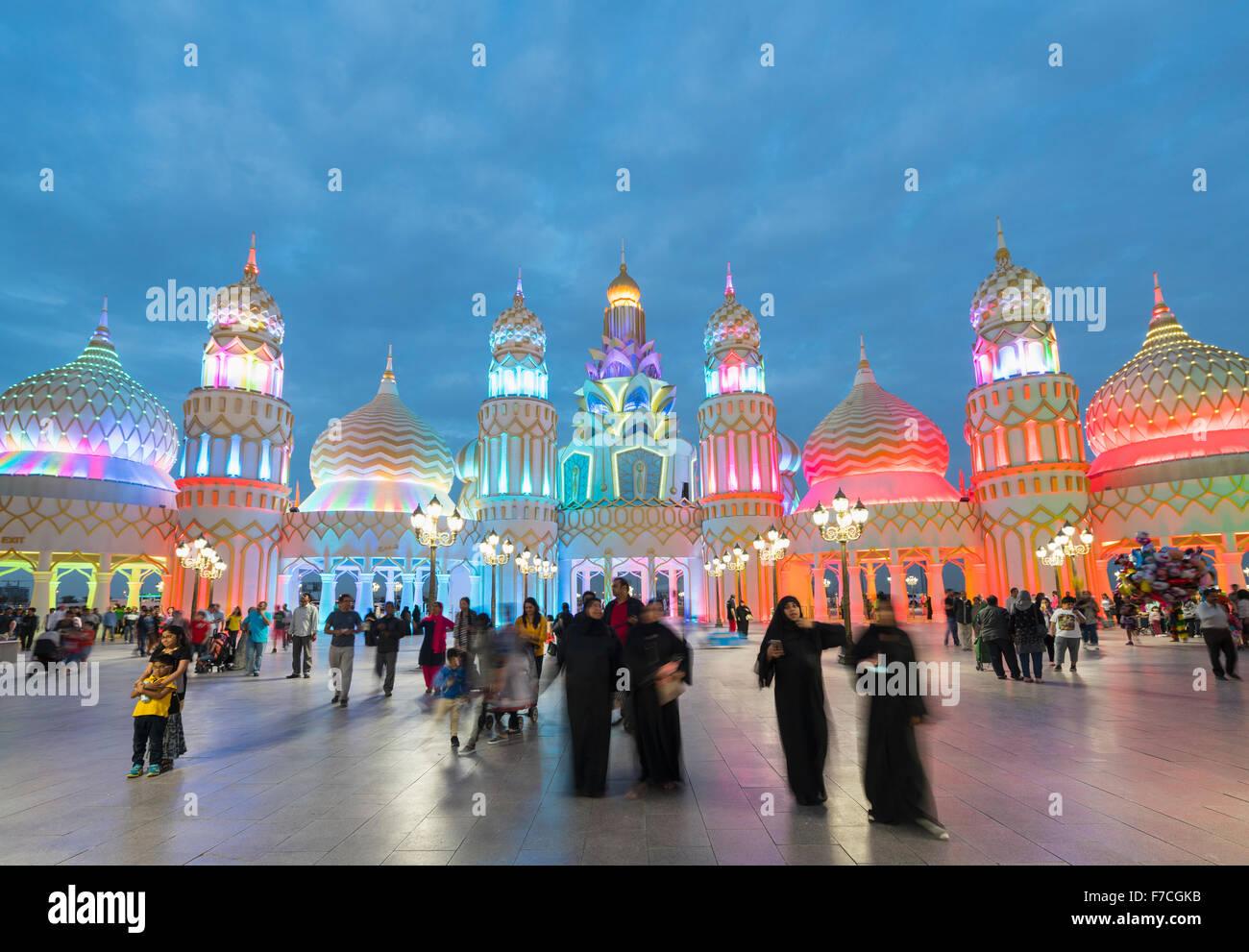 Abends Blick auf beleuchtete Tor der Welt Global Village 2015 in Dubai Vereinigte Arabische Emirate Stockbild