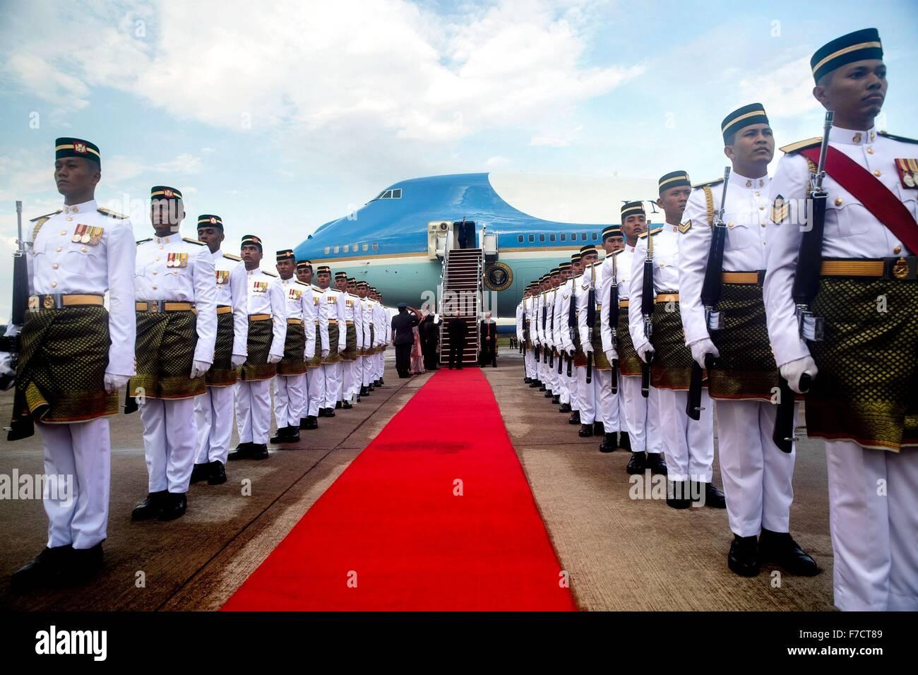 US-Präsident Barack Obama geht aus von der Air Force One auf dem roten Teppich nach Ankunft in Subang Airbase Stockbild