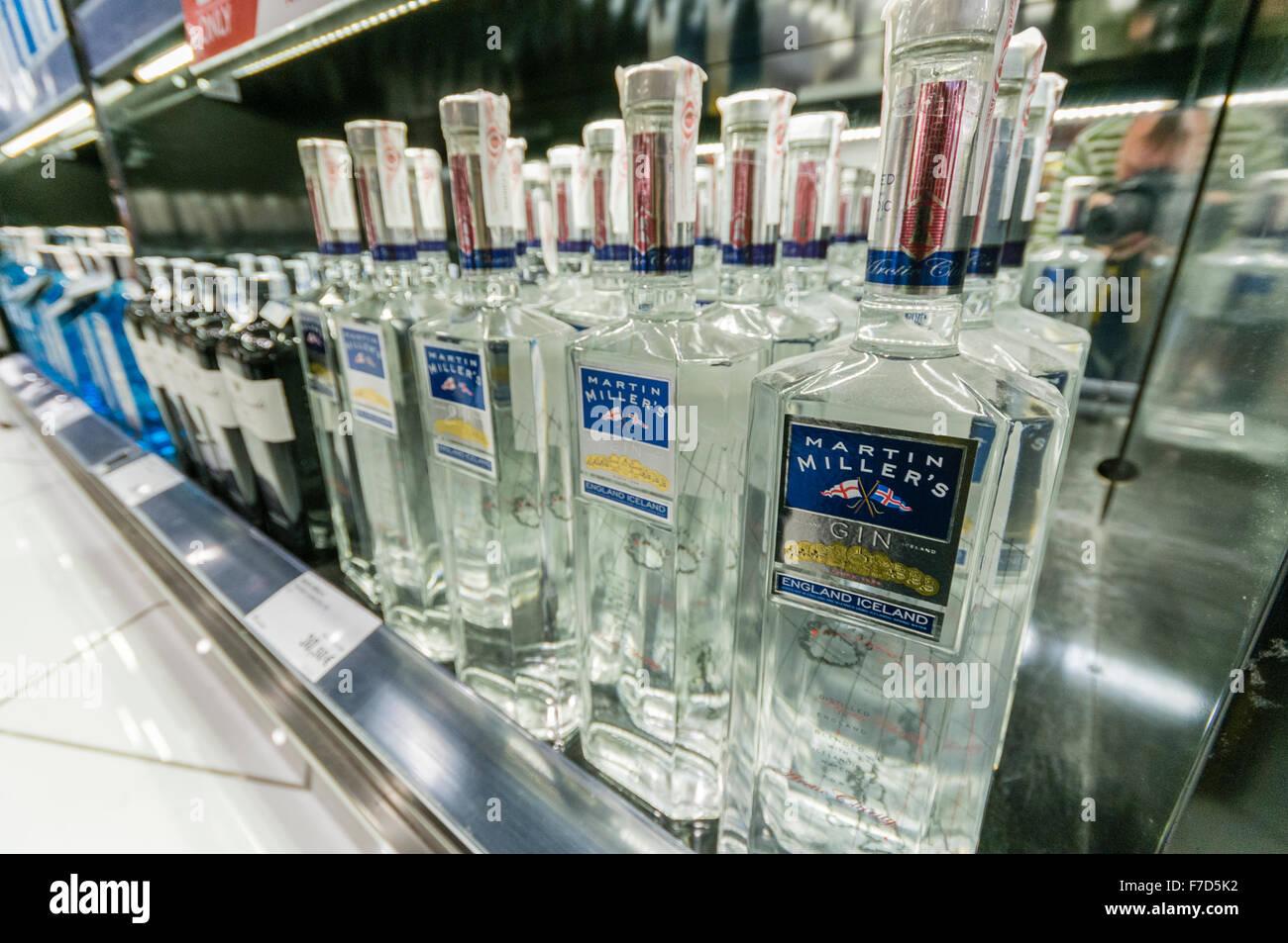 Martin Miller englische isländischen gin zum Verkauf ein Flughafen duty free Shop. Stockbild