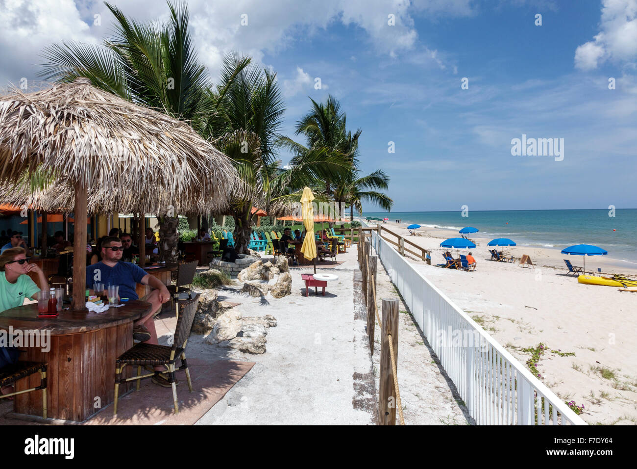 Vero Beach Florida North Hutchinson Orchid Island Mulligan's Beach House Restaurant Tiki Stil Regenschirm alfresco Stockbild