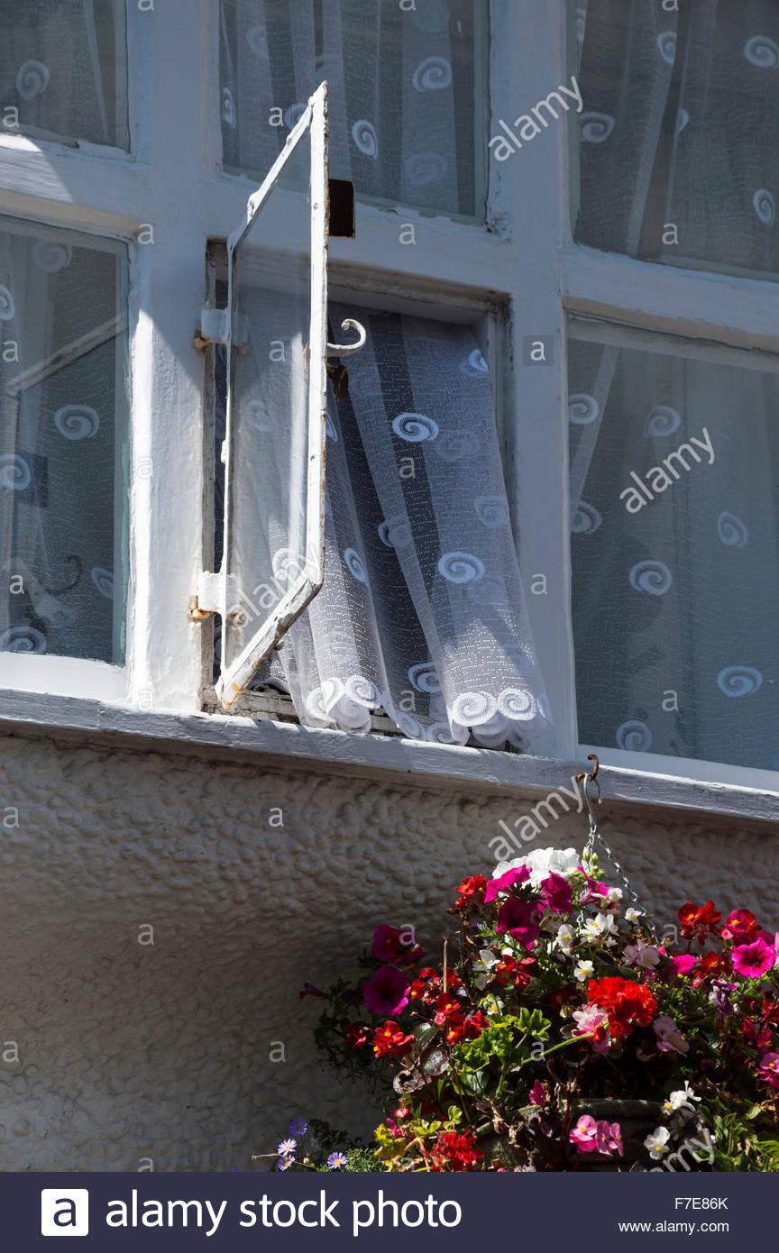 Nach Oben Auf Ein Geoffnetes Fenster Mit Ausgefallenen Gemusterten
