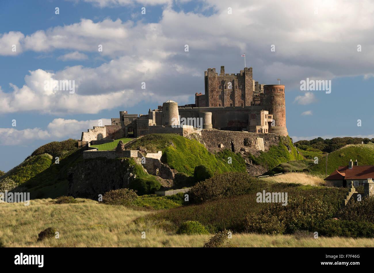 Wunderschöne Bamburgh Castle steht auf einem Dolerite mit Blick auf Dorf Bamburgh Northumberland England Vereinigtes Stockbild