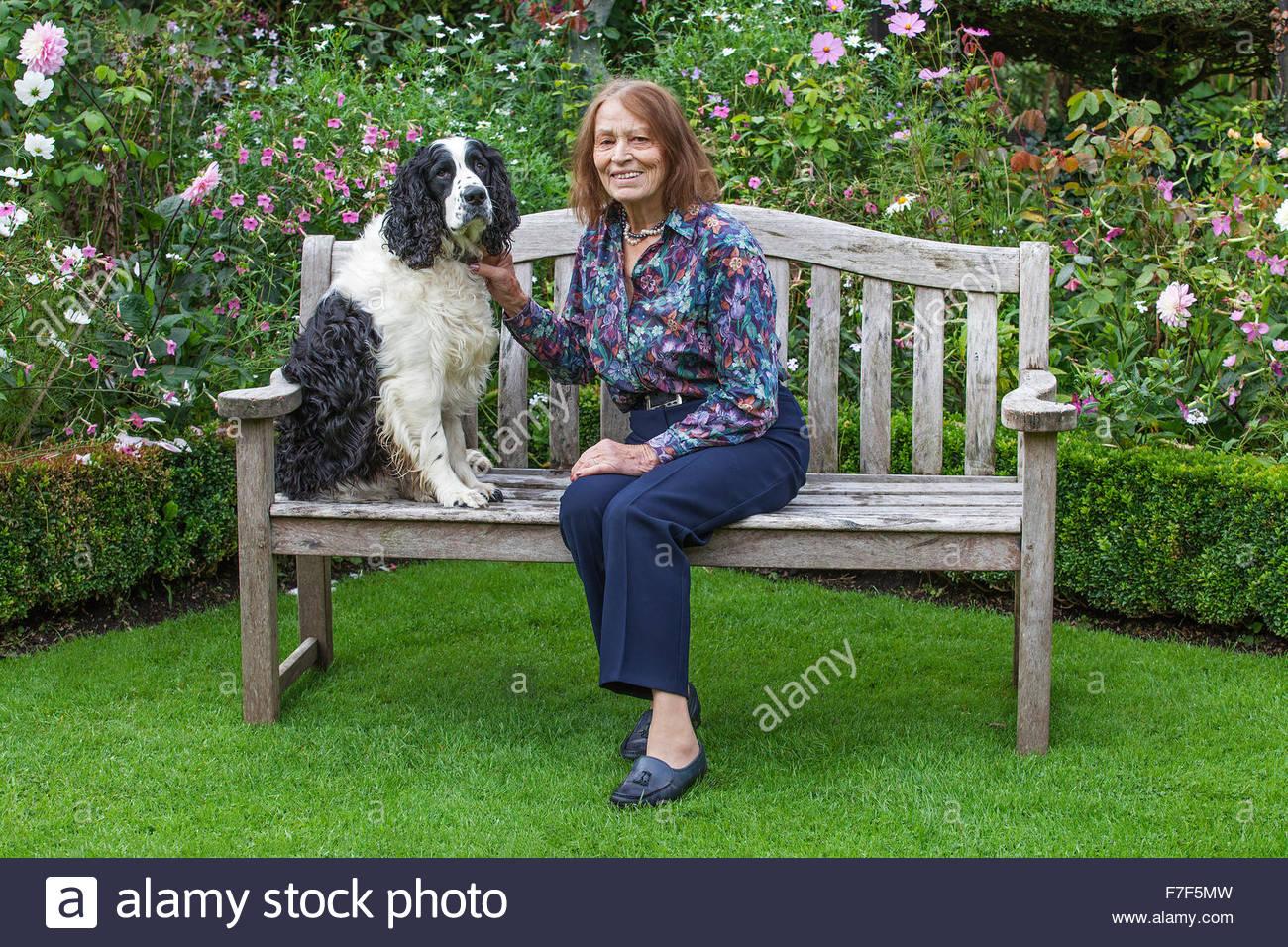 Chenies Manor Gardens - Besitzer Frau McCloud Mathews mit Schach ihr Hund. Stockbild