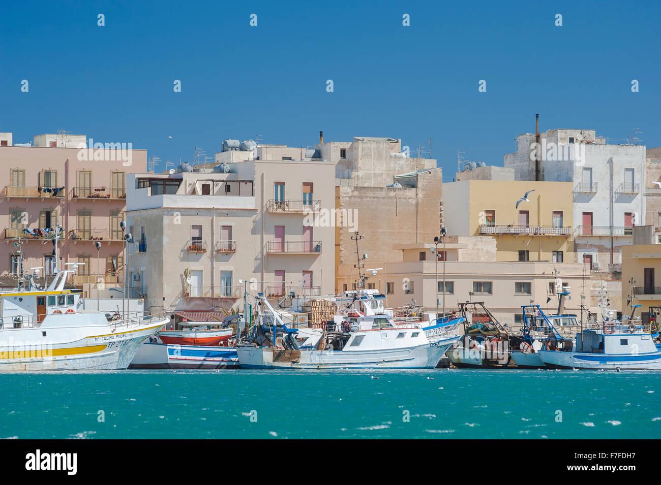 Ostküste Siziliens Stadt, Angeln Boote entlang der Kaimauer im Hafen von Trapani, Sizilien. Stockbild