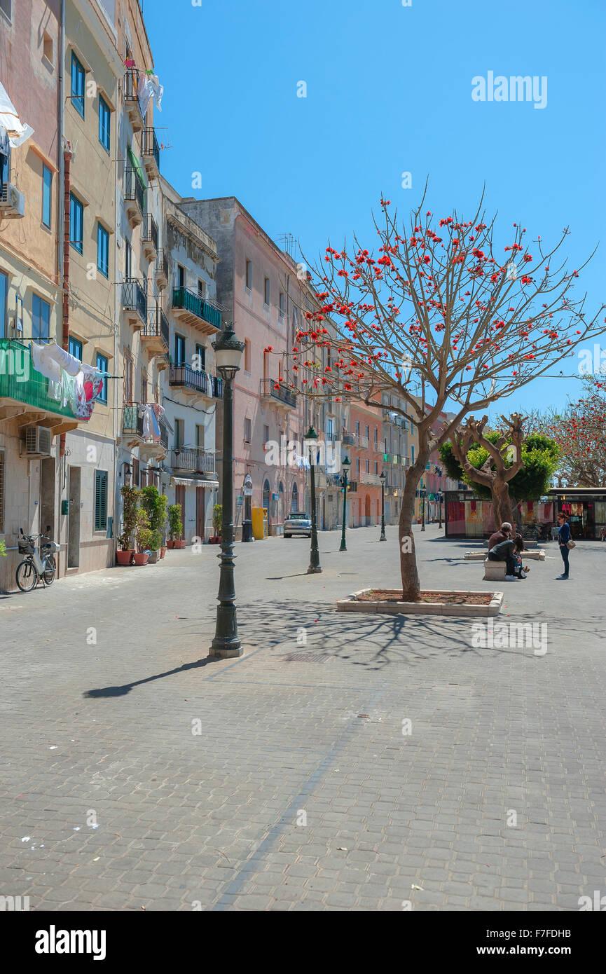 Sizilien Farbe, farbenfrohes Apartment Gebäude entlang der Kaimauer im Hafen von Trapani, Sizilien. Stockbild