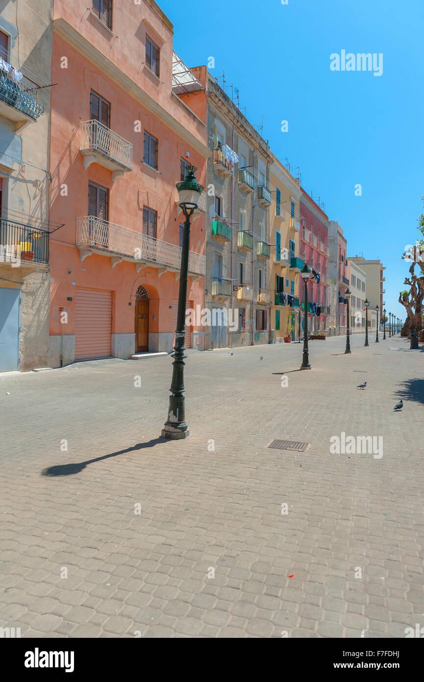 Trapani Sizilien, Blick im Sommer auf pastellfarbene Gebäude entlang der Uferpromenade im Hafengebiet von Trapani, Sizilien. Stockfoto