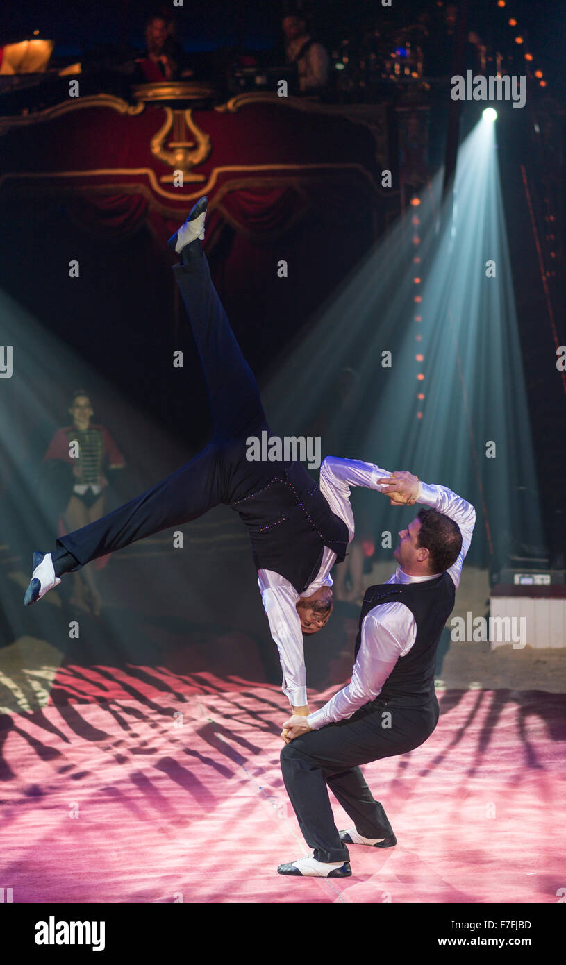 """Künstler des Zirkus Roncalli (Gebrüder Curatolo) führen Sie ihre Show """"Salto Vitale"""". Stockbild"""