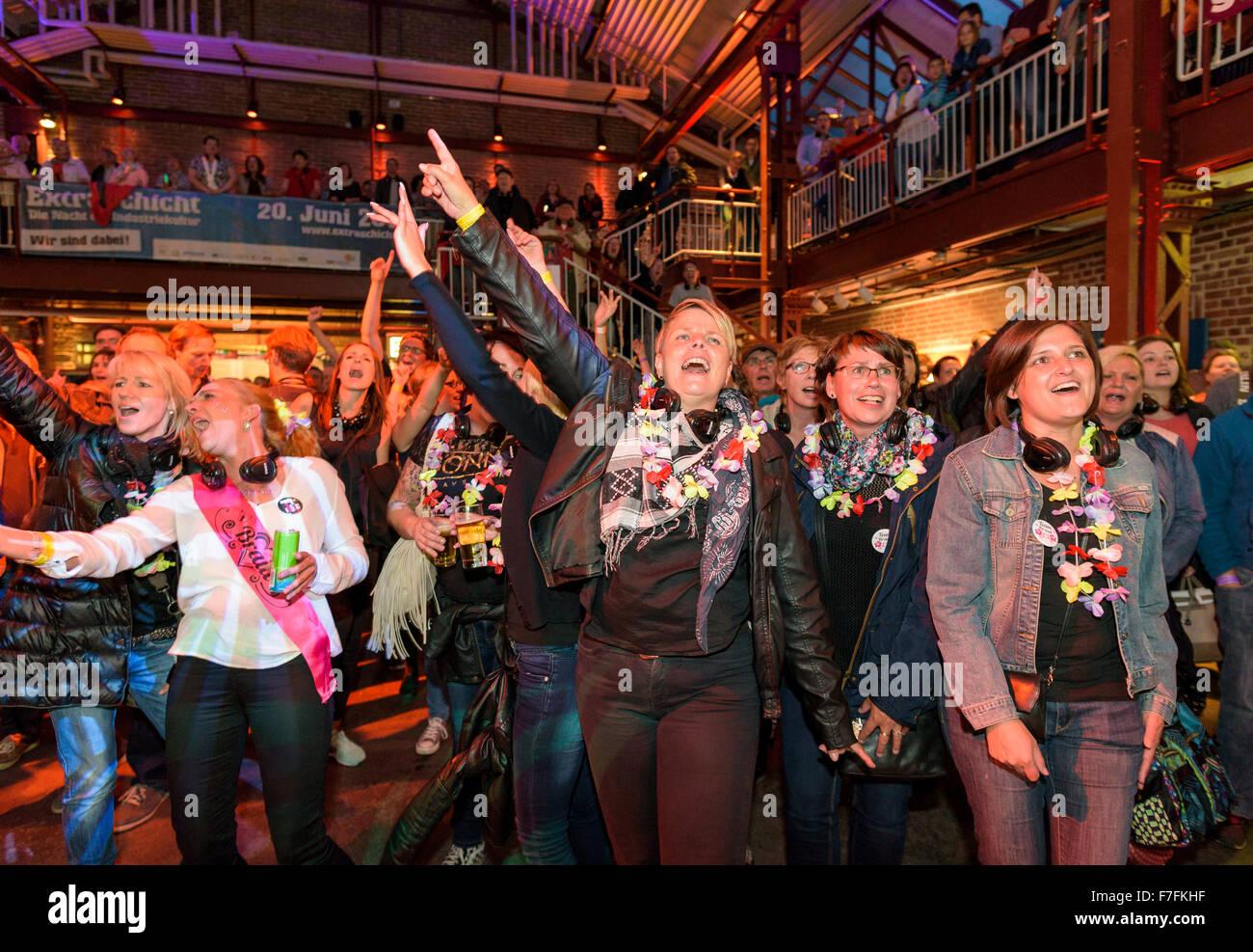 Menschen im Ruhrgebiet feiern die jährliche Extraschicht - die Nacht der Industriekultur, hier beim gemeinsamen Stockbild