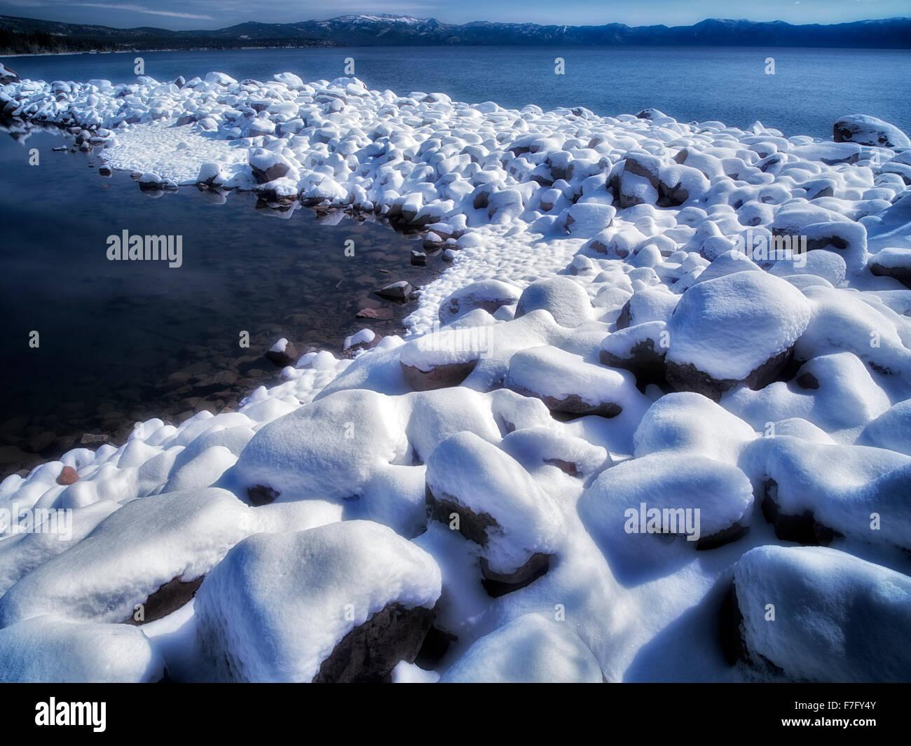 Neuschnee am Ufer des Lake Tahoe, Kalifornien Stockbild