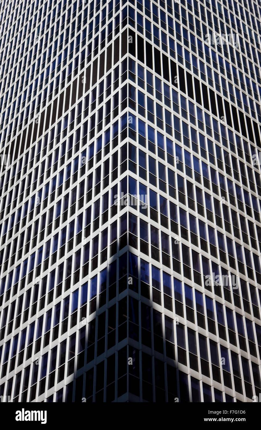 Detaillierte und abstrakte Ansicht eines modernen Gebäudes in Midtown Manhattan, New York City. Gebäude Stockbild