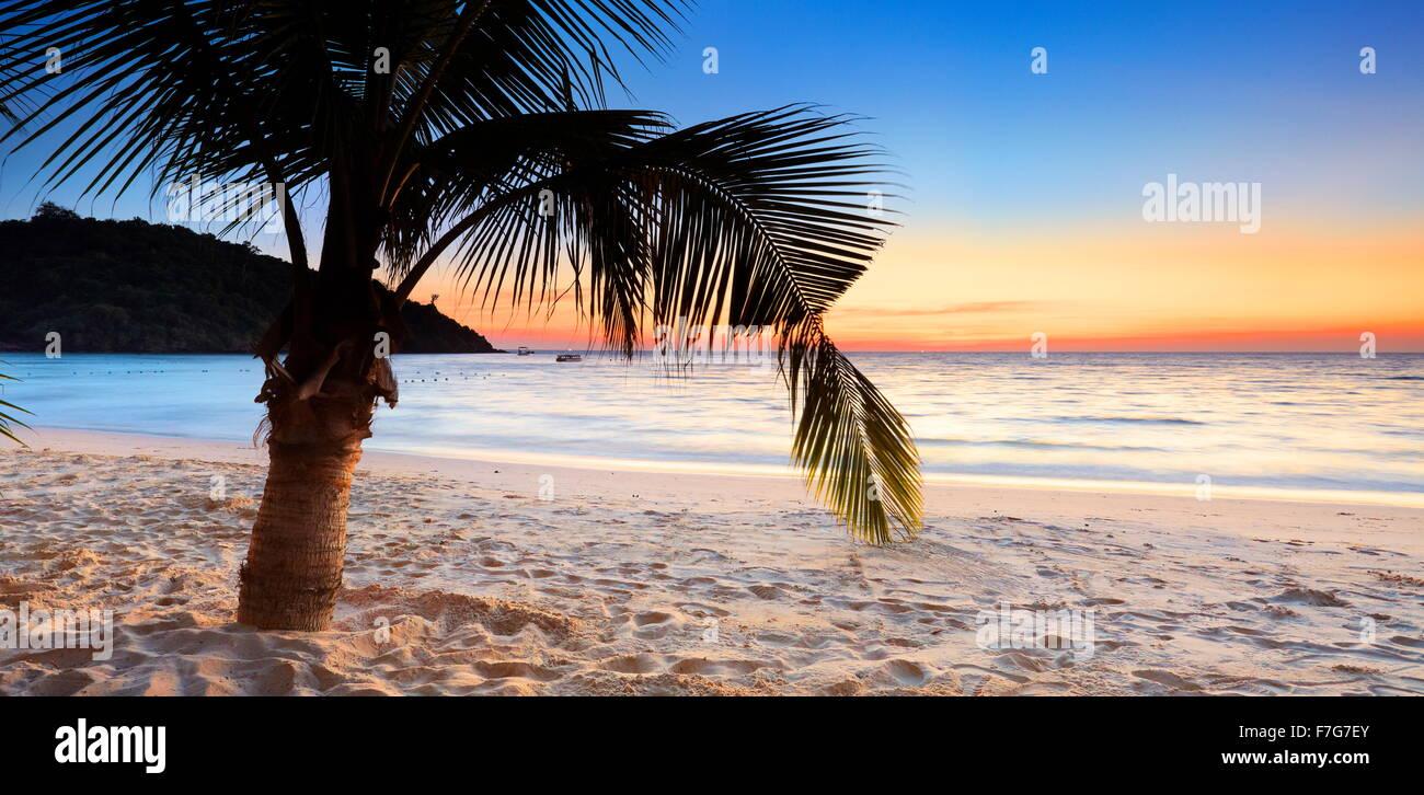 Strand auf Koh Samet Island nach Sonnenuntergang, Thailand Stockfoto