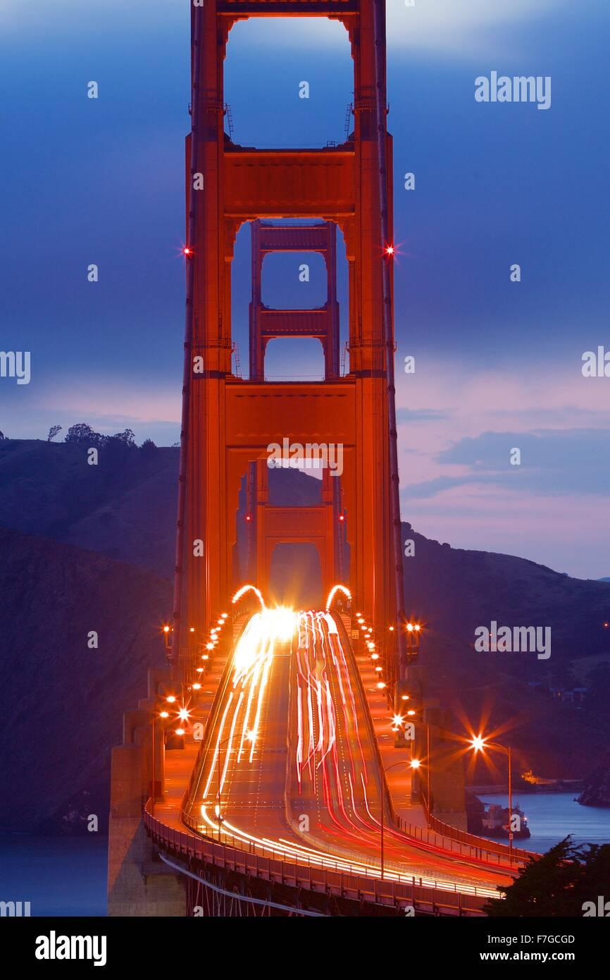 Golden Gate Bridge mit pendeln Verkehr am pendeln Nachtverkehr in der Nacht in San Francisco, Kalifornien Stockbild