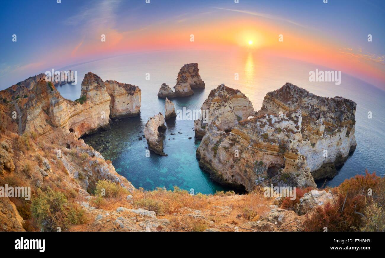 Sonnenaufgang am Strand der Algarve bei Lagos, Ponta da Piedade, Algarve, Portugal Stockbild