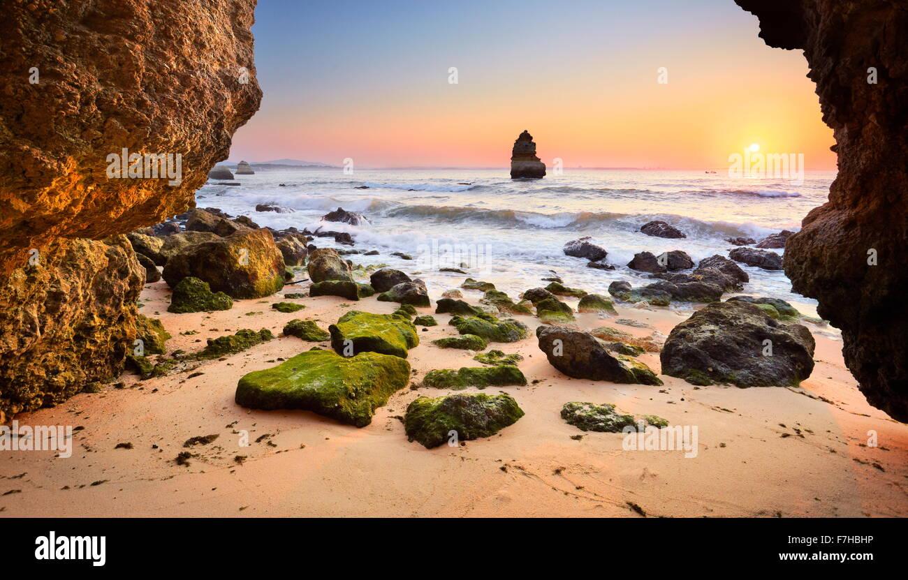 Sonnenaufgang am Algarve Felsiger Strand in der Nähe von Lagos, Algarve, Portugal Stockbild