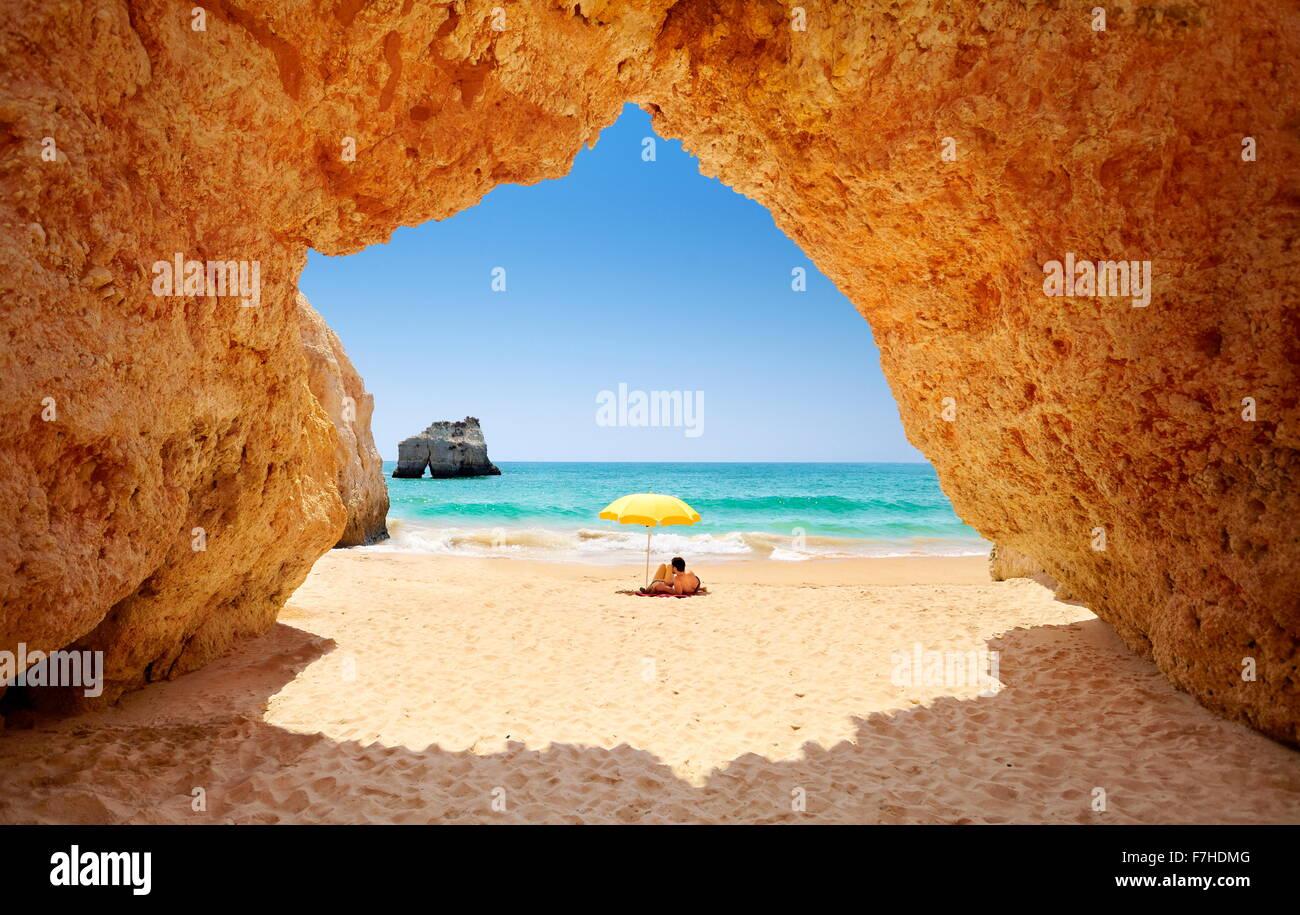 Entspannende Tourist am Prainha Beach in der Nähe von Alvor, Algarve, Portugal Stockbild