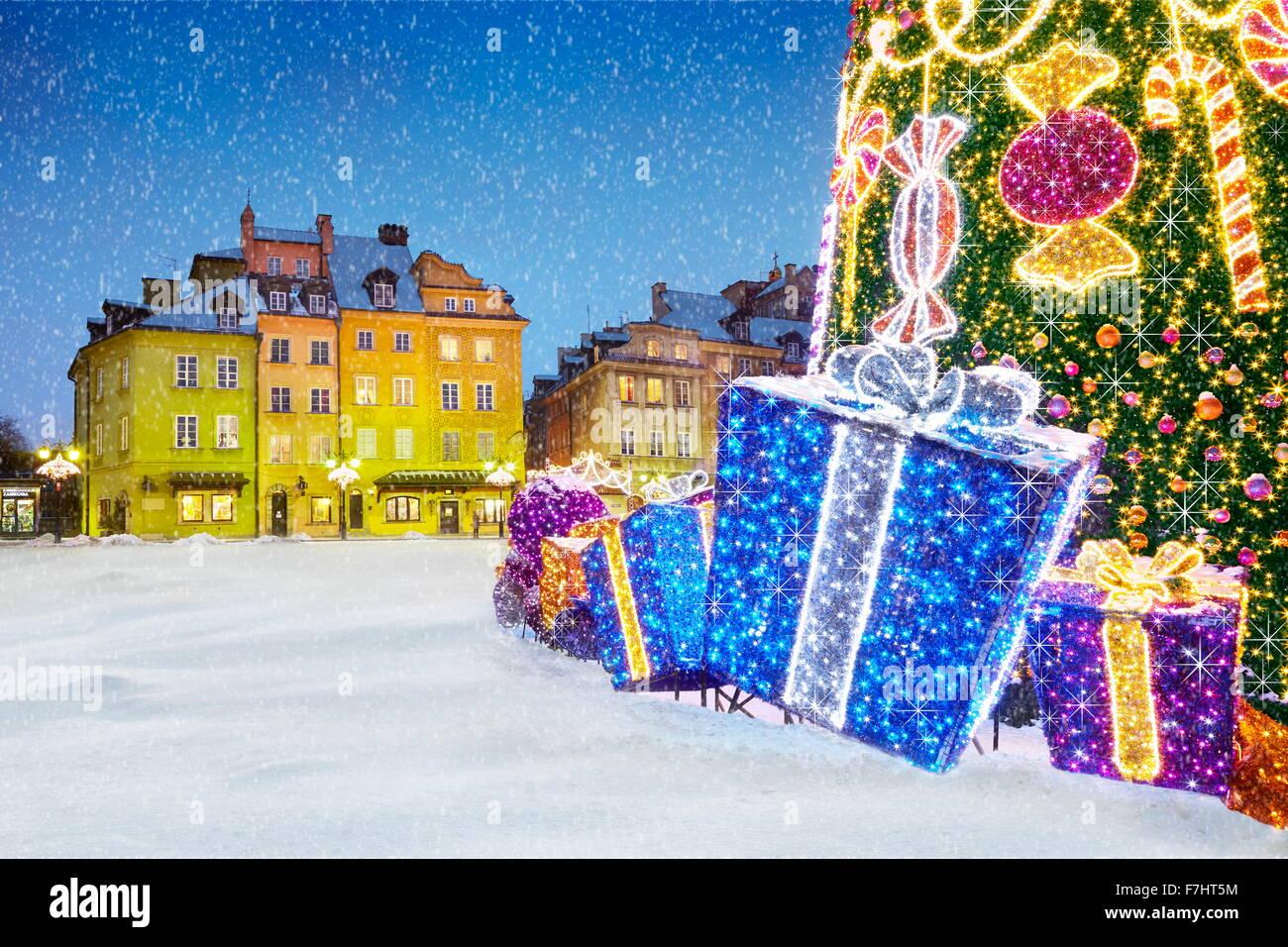 Outdoor-Schnee Weihnachtsbaum Dekoration mit Geschenken, Warschau, Polen Stockbild