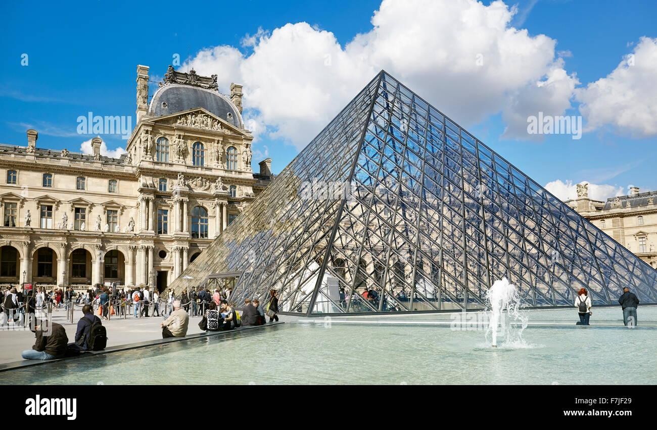 Glaspyramide Louvre-Museum, Paris, Frankreich Stockbild