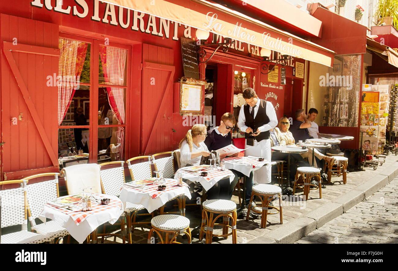 Touristen im Restaurant Viertel Montmartre, Paris, Frankreich Stockbild