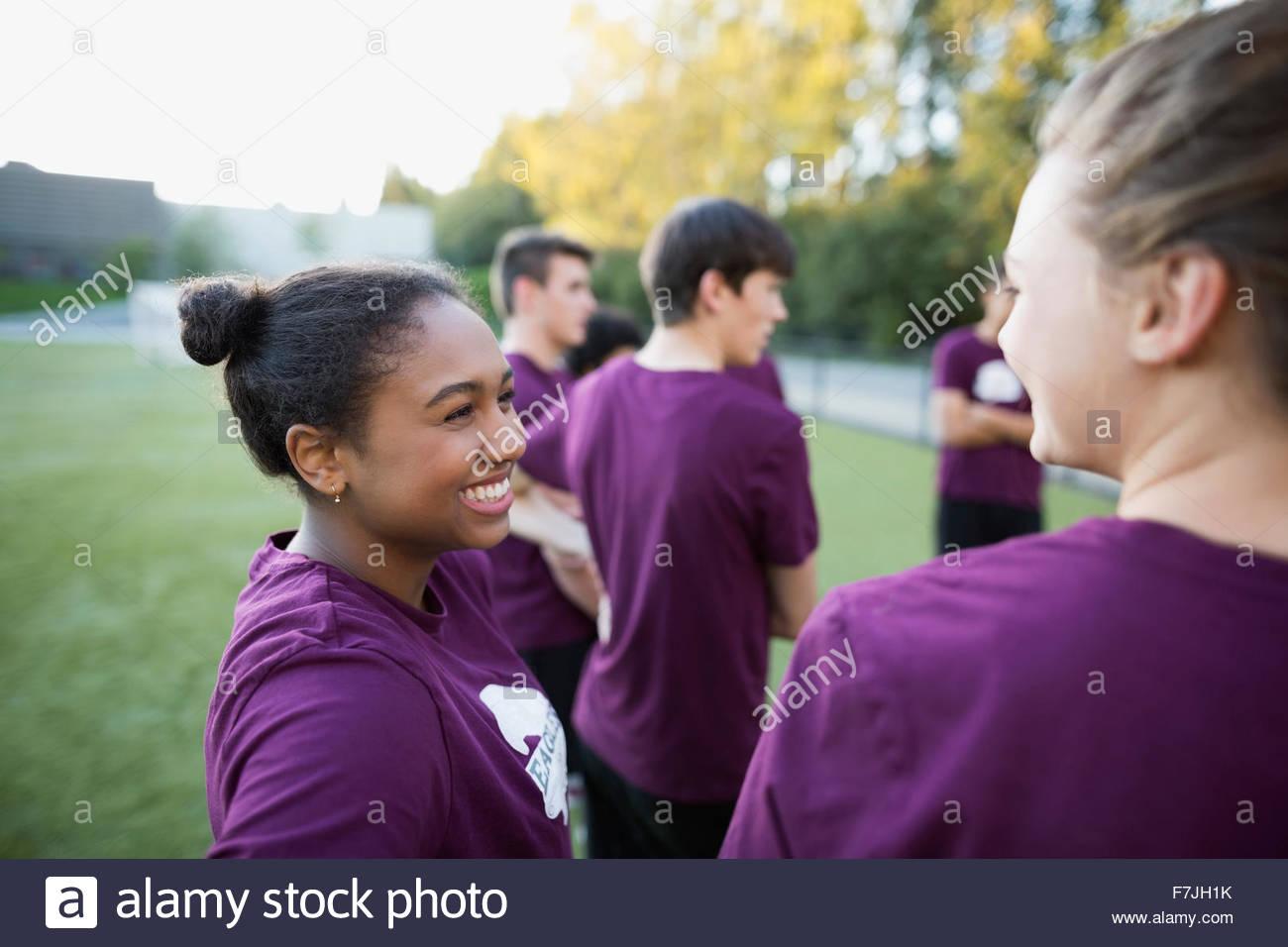 Schülerinnen und Schüler im Sportunterricht sprechen Lächeln Stockbild