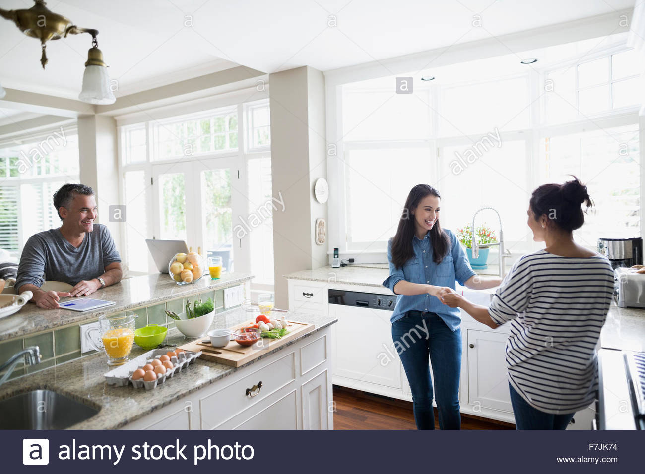 Mutter und Tochter tanzen in Küche Stockfoto, Bild: 90764664 - Alamy