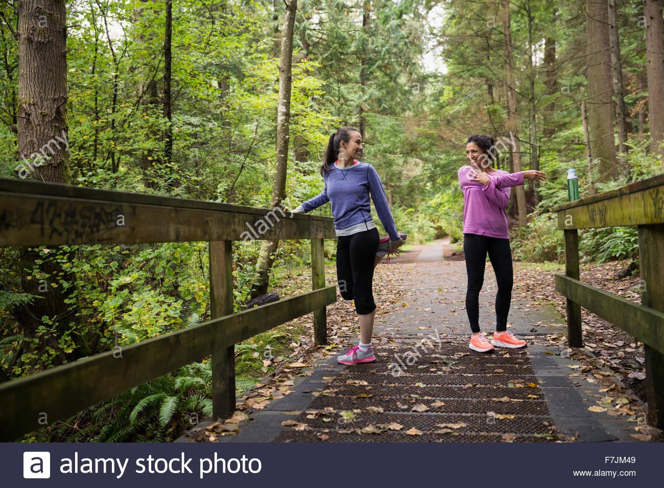 Mutter und Tochter Dehnung Vorbereitung laufen Wald Stockbild