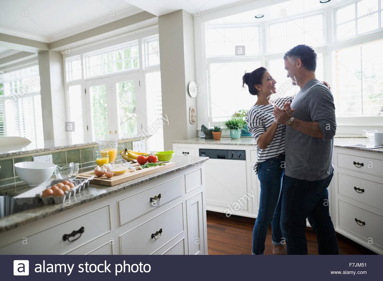 Romantisch zu zweit tanzen in Küche Stockfoto, Bild: 90765389 - Alamy