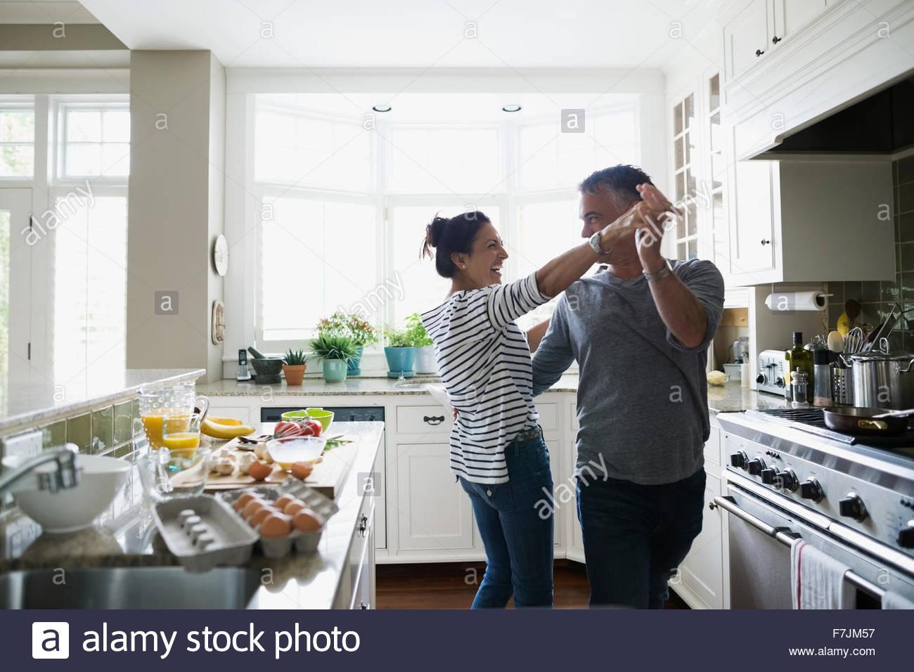Verspielte Paare tanzen in Küche Stockfoto, Bild: 90765395 - Alamy