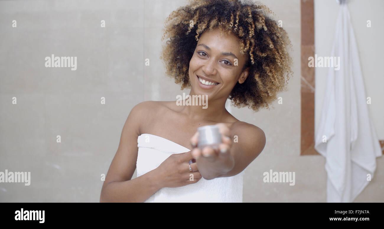 Kosmetik Creme-Container In der Hand der Frau Stockbild