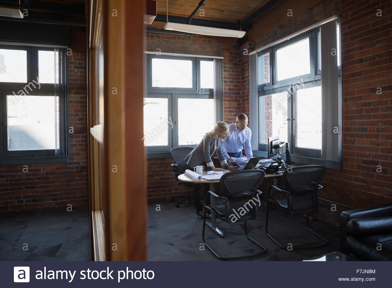 Geschäftsleute, die am Schreibtisch arbeiten Stockbild