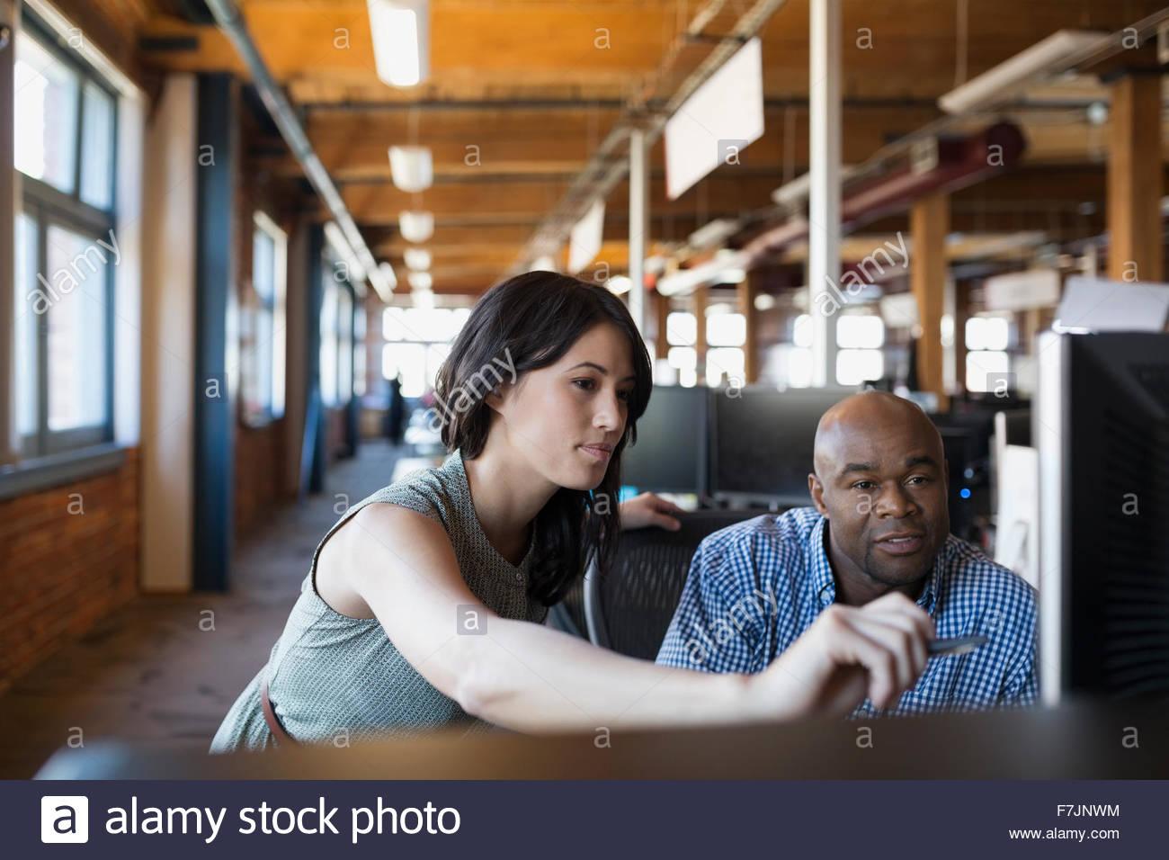 Geschäftsleute, die am Computer im Büro Stockbild