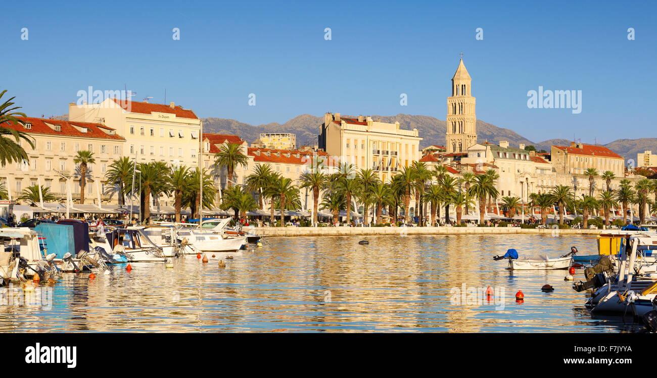 Split, direkt am Meer-Blick zum Hafen in Split, Kroatien Stockbild