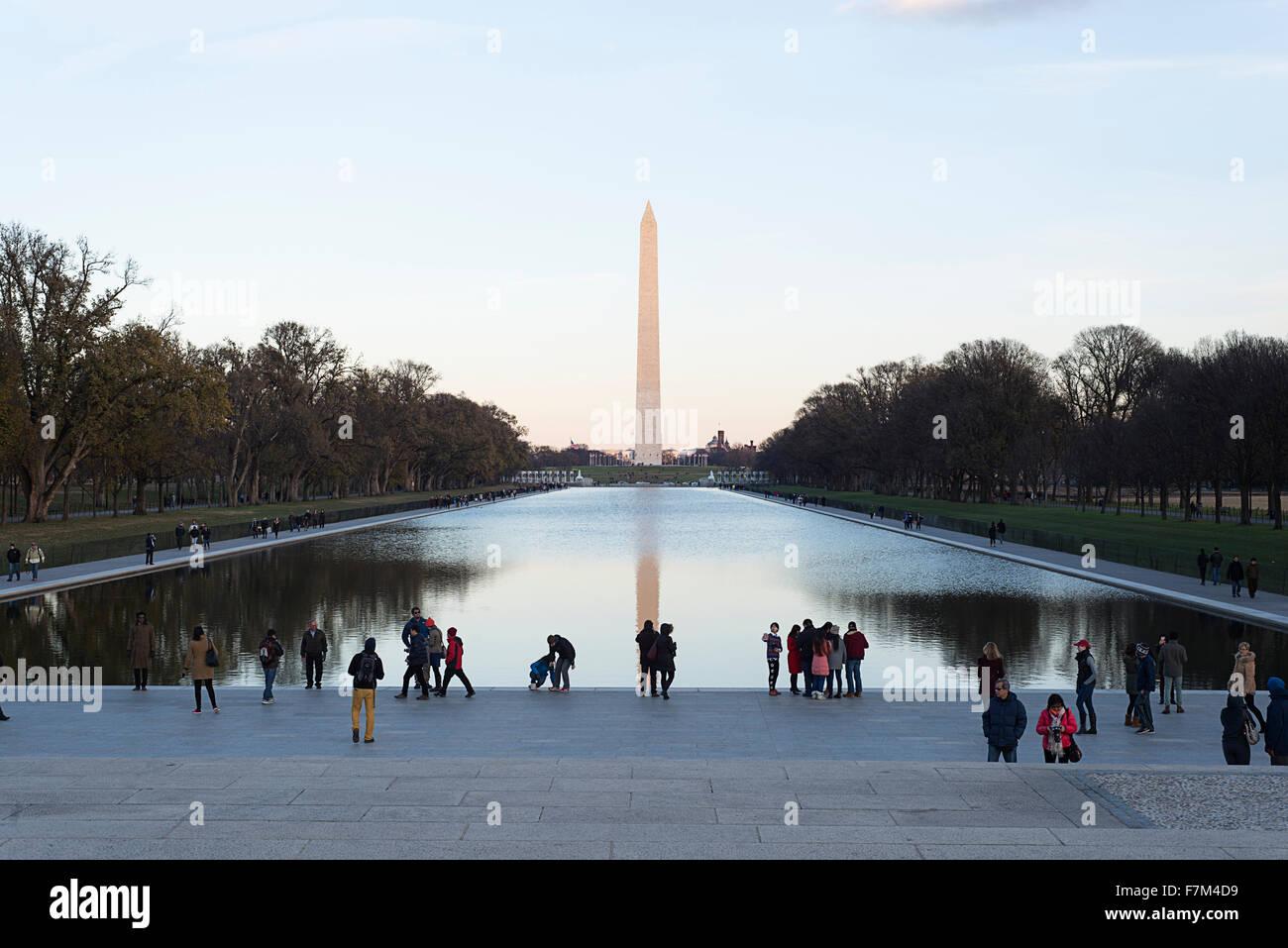 Das Washington Monument und reflektierenden Pool in Washington, D.C. aus dem Lincoln Memorial. Stockbild