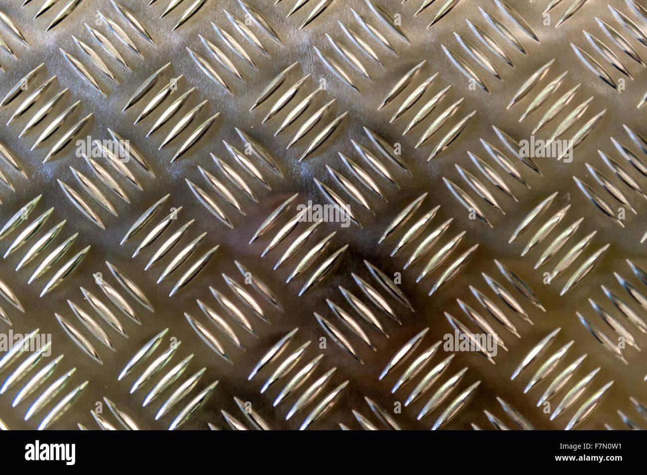 Metallplatte mit einem Raster auferlegten Muster für das greifen Stockbild