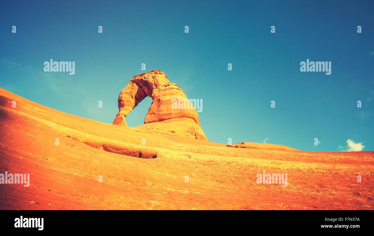 Retro getönten Delicate Arch bei Sonnenuntergang, Utah, USA. Stockfoto