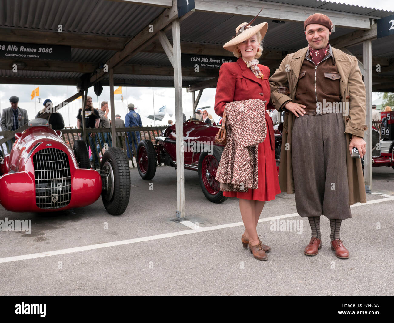 Besucher in Vintage-Mode beim Goodwood Revival treffen 2015 gekleidet Stockbild